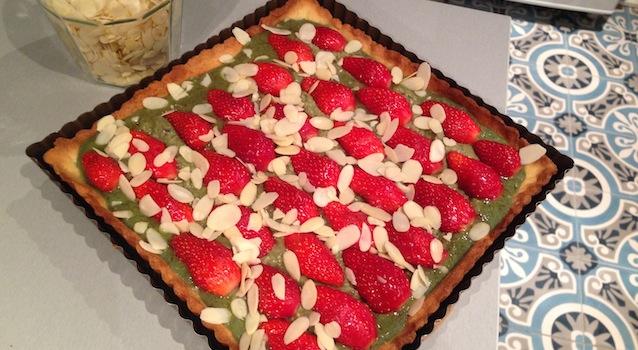 saupoudrer la tarte aux pistaches d'amandes