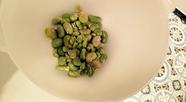 écosser les fèves pour la salade