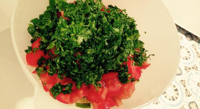 ajouter le persil dans la salade