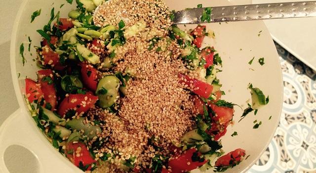 ajouter le sésame dans la salade