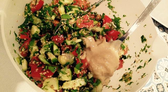 ajouter le tahini dans la salade