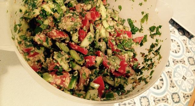 mélanger la salade pour sue l'assaisonnement soit bien réparti