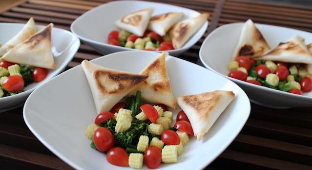 4 jolies entrées légères - Salade de bimis, maïs frais et samousas de féta grillés