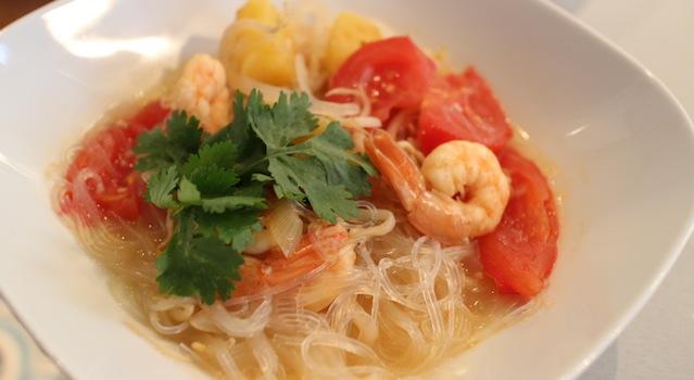 Bol de soupe asiatique raffiné - Soupe de crevettes au tamarin et ananas frais
