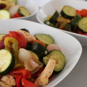 La cocotte de légumes d'été et poulet cuit a l'étouffée