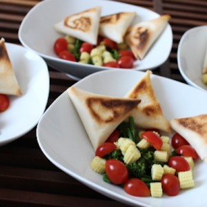 Salade de bimis, maïs frais et samousas de féta grillés