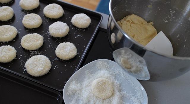 confectionnez des sablés sur une plaque de cuisson roulés dans la noix de coco - Veggie biscuits noix de coco