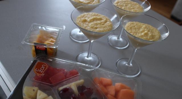 crèmes prises et fruits à disposer - crème coco aux fruits exotiques