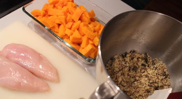découper le poulet et le butternut - Crumble aux graines de courges, butternut, poulet