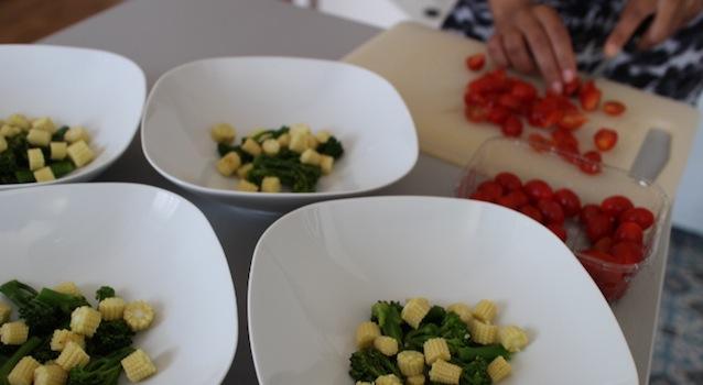 dressage des bimis et mais et découpe des tomates cerises - Salade de bimis, maïs frais et samousas de féta grillés