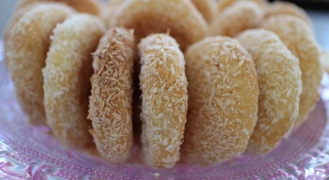 dressez les biscuits coco dans un joli plat - Veggie biscuits noix de coco