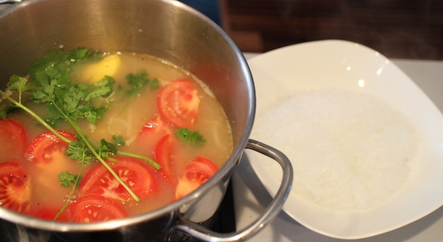 finalisation de la soupe avec les vermicelles - Soupe de crevettes au tamarin et ananas frais