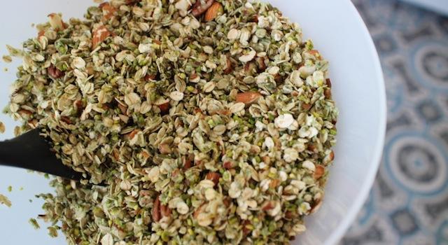 mélange du granola aux matières grasses liantes - Granola pistache naturel