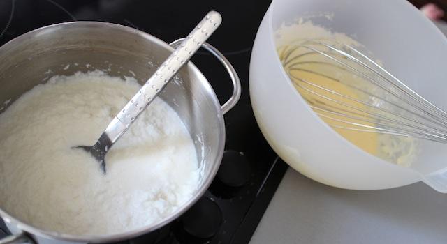 mélange du lait et des oeufs de la crème coco aux fruits exotiques