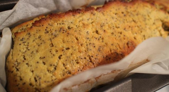 piquer le cake pour que le citron l'imbibe bien - Cake énergisant citron - pavot