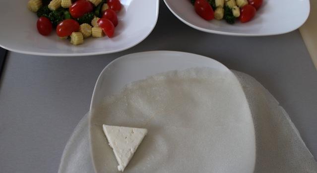 préparation des samousas de féta - Salade de bimis, maïs frais et samousas de féta grillés