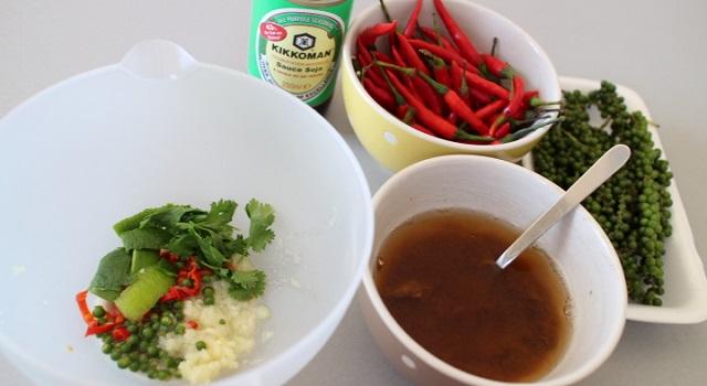 préparer la marinade relevée et pimentée - Boeuf sauté Thaï - Le tigre qui pleure