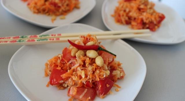salade de papaye prête à servir baguettes et piment - Salade de papaye verte de Koh Samui.JPG