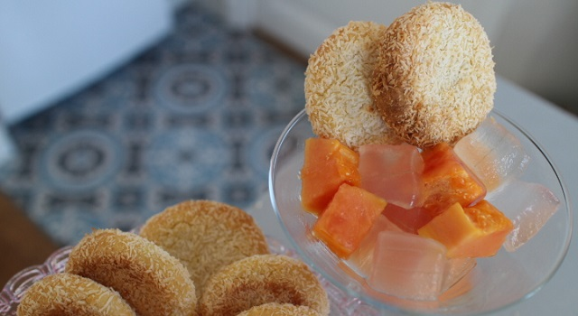 servez les biscuits coco avec une salade de fruits papaye et aloe vera - Veggie biscuits noix de coco