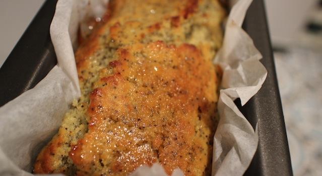verser le sirop de citron dans le cake pour le rendre moelleux - Cake énergisant citron - pavot