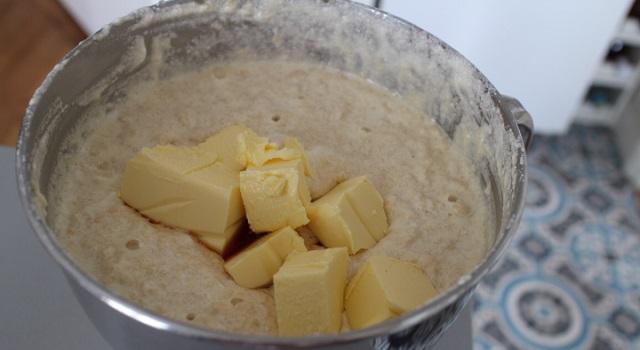ajoutez le beurre à température ambiante - cozonac cu nucă