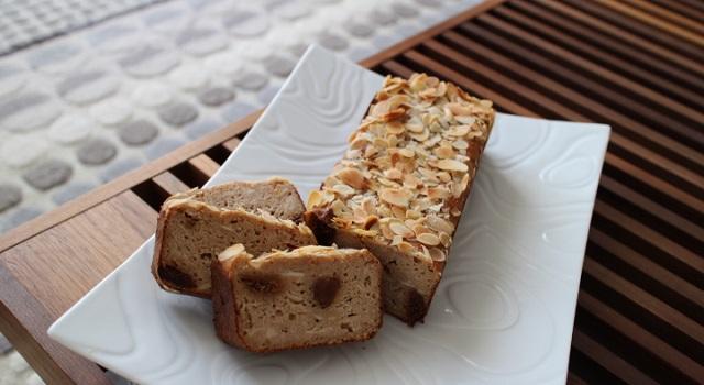 découpez le cake végétalien en tranches - Vegan cake tofu, figues, citron amandes