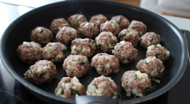 faire cuire les boulettes à la poele dans un peu d'huilde - Boulettes de boeuf express