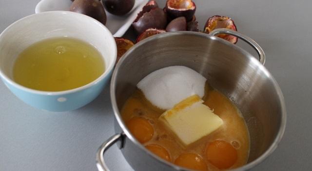 mélanger les ingrédients du curd maracuja- Curd aux fruits de la passion