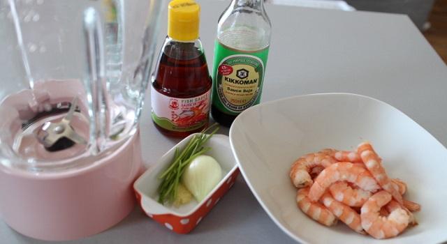 préparer les ingrédients des raviolis aux crevettes - Ravioli vapeur aux crevettes express