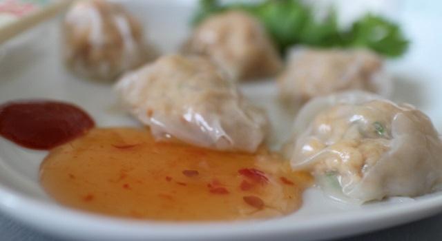 raviolis vapeur servis avec de la sauce sriracha et spring roll - Ravioli vapeur aux crevettes express