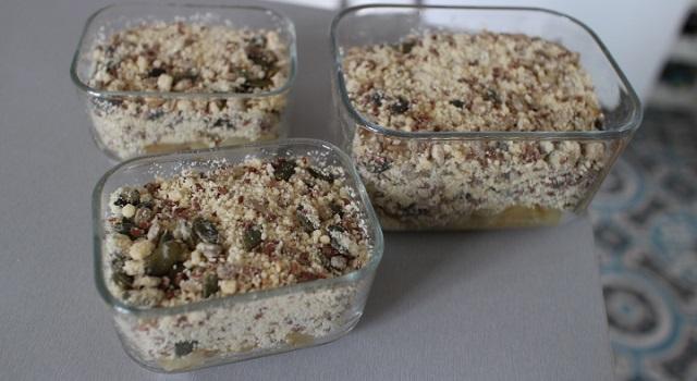 recouvrir de préparation de crumble aux graines - Oignons caramélisés en crumble