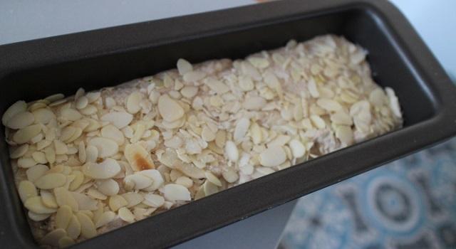 recouvrir le cake d'amandes effilées - Vegan cake tofu, figues, citron amandes