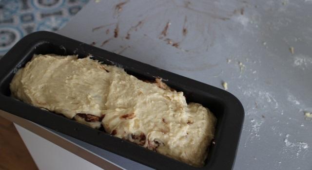 rouler la pâte dans un moule à cake - cozonac cu nucă