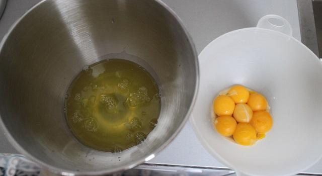 séparer les blancs des jaunes - cozonac cu nucă