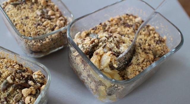 servir ce crumble végétarien en garniture - Oignons caramélisés en crumble