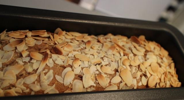 sortir le cake une fois cuit - Vegan cake tofu, figues, citron amandes