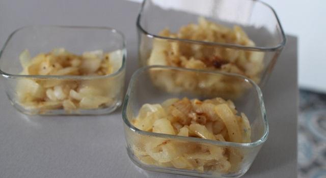 verser les oignons dans les ramequins en verre - Oignons caramélisés en crumble