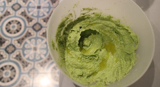 ajout de l'huile d'olive - Sauce pesto légère et healthy