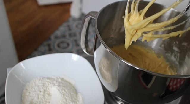 ajouter la farine à l'appareil - Cantuccini - le dessert toscan traditionnel