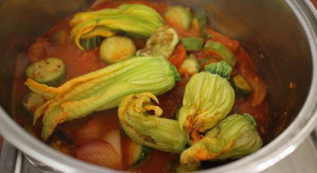 ajouter les fleurs de courgettes pour les faire cuire à la vapeur - Tagliatelles toscanes aux fleurs de courgettes