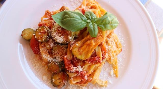 assiette joliement dressée et saine - Tagliatelles toscanes aux fleurs de courgettes