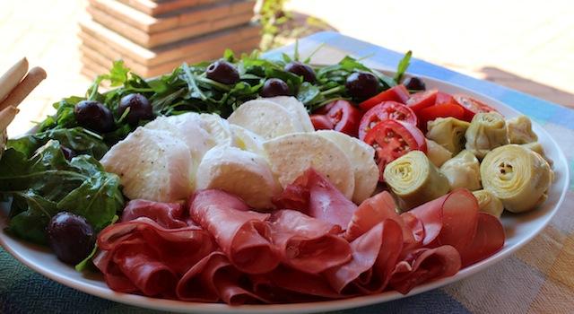 belle assiette à copieuse - Antipasto toscano - une entrée italienne à partager