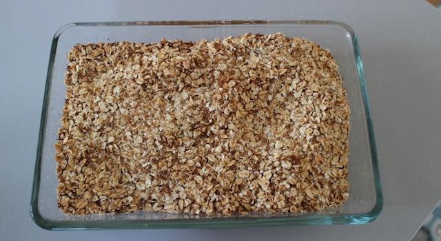 cuire les flocons d'avoine et la noix de coco râpée - Granola maison aux fruits exotiques