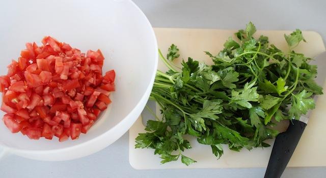 découper les tomates et hacher le persil - Taboulé égyptien