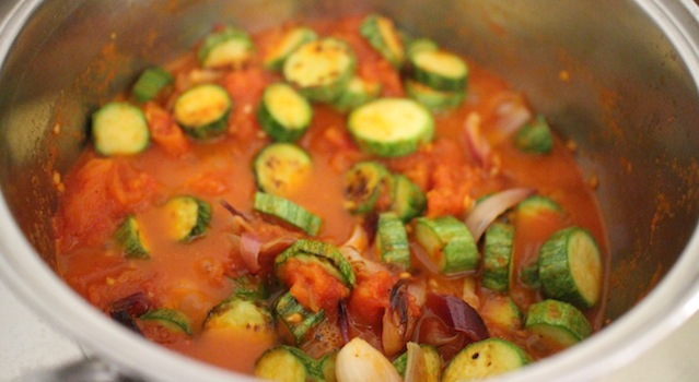finir de cuire les légumes dans la sauce tomate - Tagliatelles toscanes aux fleurs de courgettes