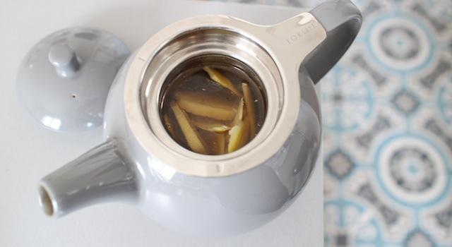 infuser le thé vert avec le citron et le gingembre frais - Thé glacé detox citron gingembre