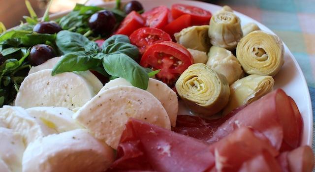légumes frais burrata et charcuterie - Antipasto toscano - une entrée italienne à partager