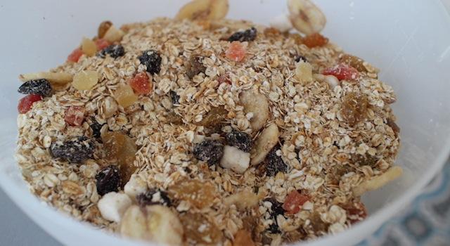 mélanger les flocons d'avoine chauds avec les fruits secs - Granola maison aux fruits exotiques