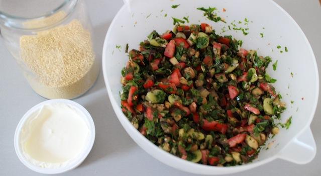 mélanger les herbes ensemble et ajouter le yaourt et la semoule