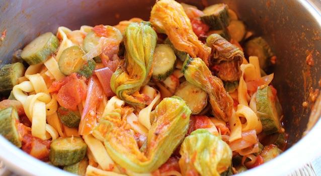 mélanger les pâtes à la sauce - Tagliatelles toscanes aux fleurs de courgettes